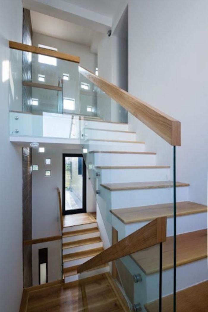 Lan can kính cầu thang cần được vệ sinh thường xuyên