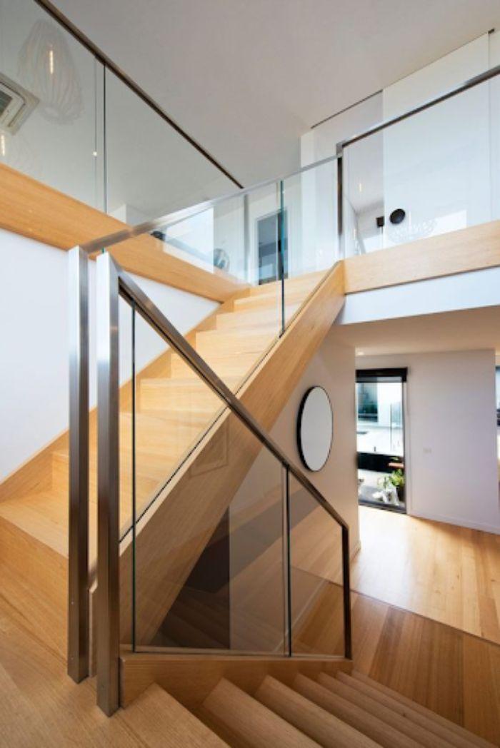 Mẫu lan can cầu thang kính tay vịn inox bậc gỗ