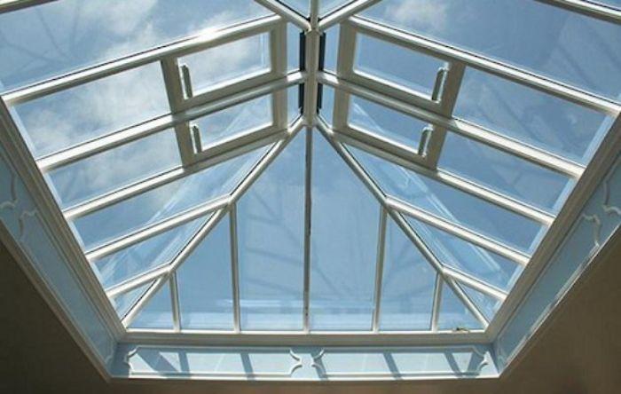 Mái kính cho giếng trời có khung nhôm màu trắng