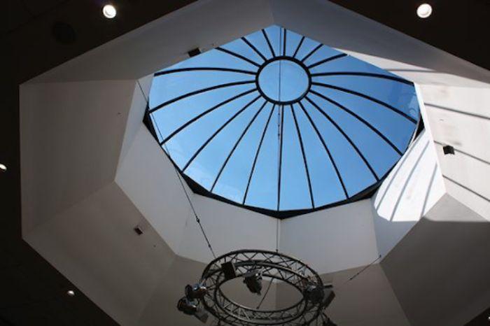Mái kính giếng trời màu đen hình vòm có trang trí hoa văn