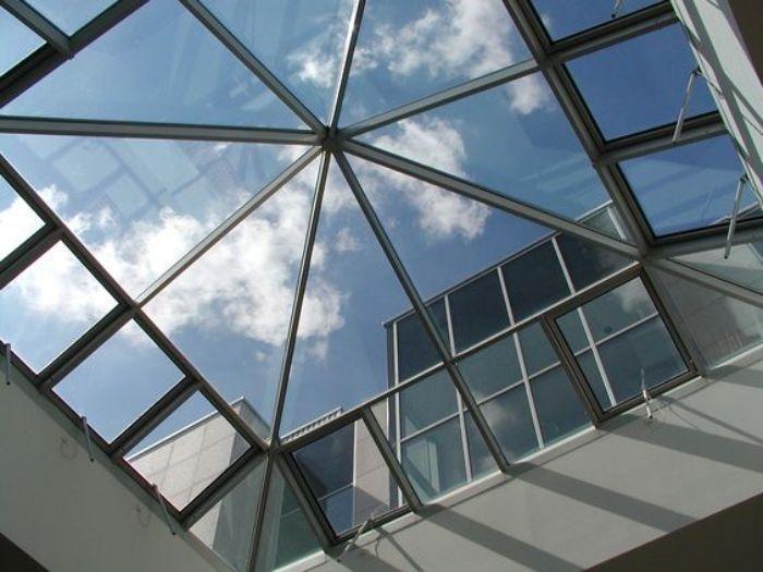Mái kính giếng trời dạng chóp nhọn có hình dạng độc đáo