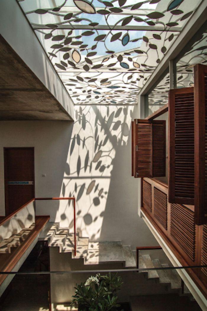 Mái kính giếng trời trang trí hoa văn cho văn phòng