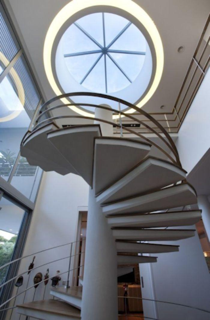 Mái kính giếng trời hình tròn cùng giếng trời được lắp ở cầu thang