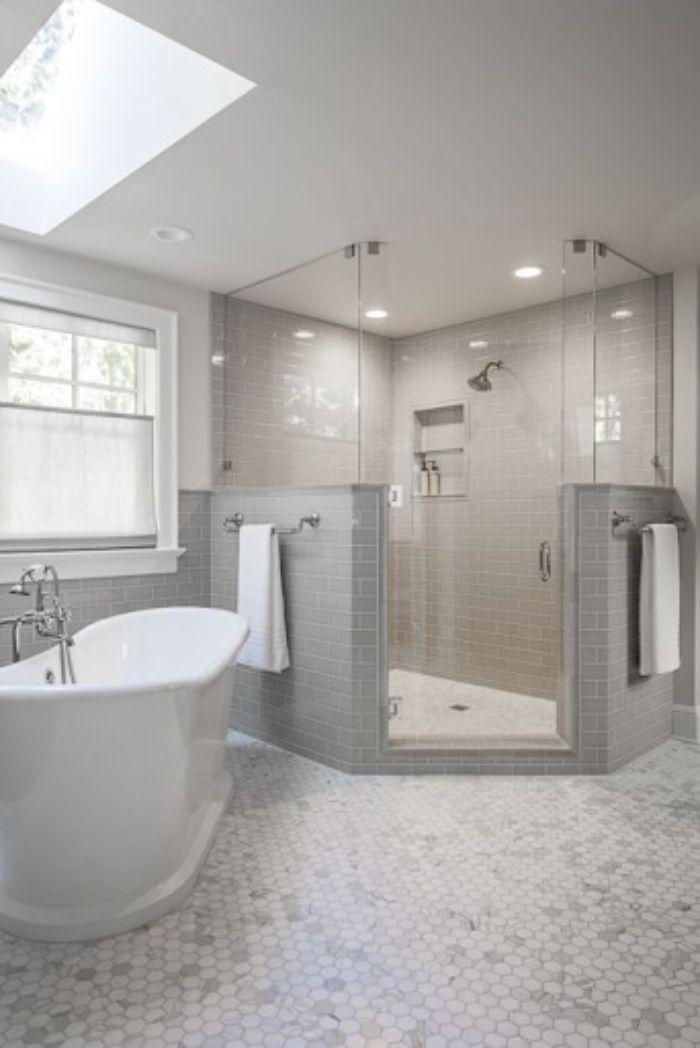 Phòng tắm kính 135 độ có vách tường xây lửng hai bên