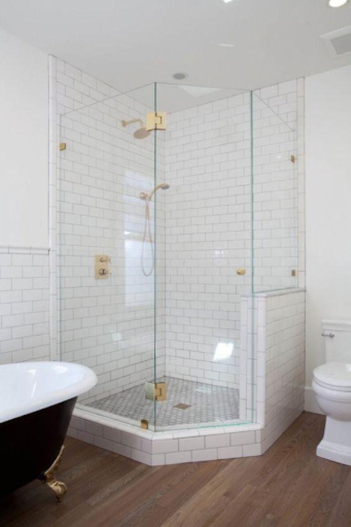 Phòng tắm kính 135 độ đi kèm tông màu trắng