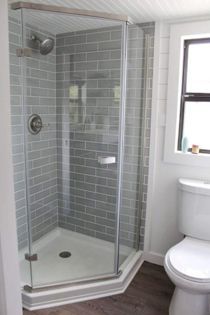 Phòng tắm kính 135 độ được thiết kế đứng với diện tích nhỏ