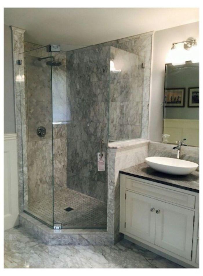 Phòng tắm kính 135 độ cùng với tông màu vân đá sang trọng