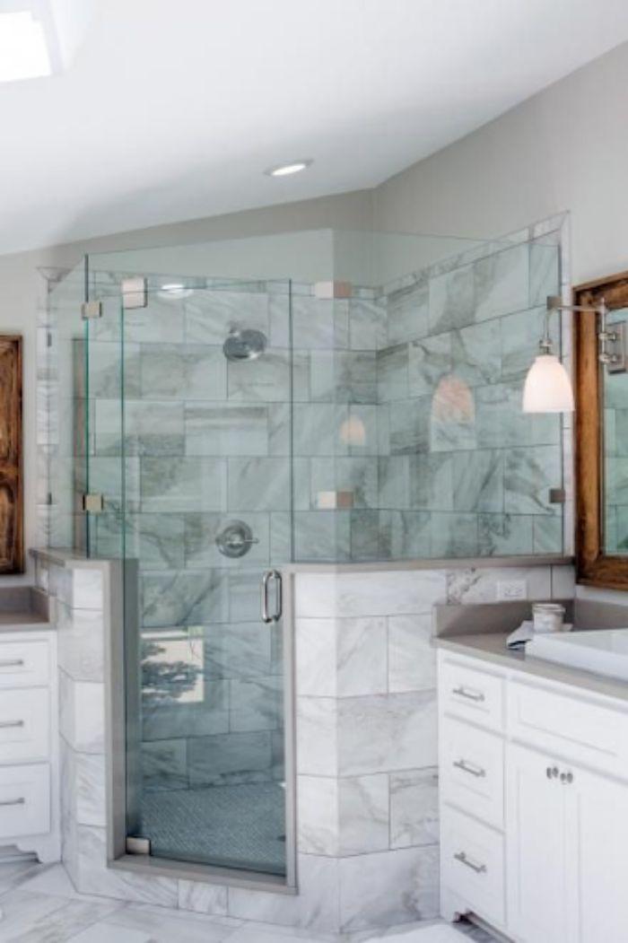 Phòng tắm kính 135 độ cửa quay có diện tích lớn