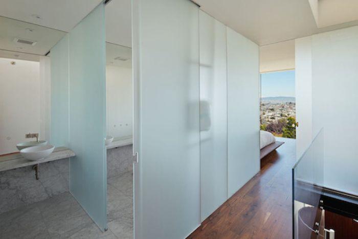 Phòng tắm kính mờ có diện tích lớn