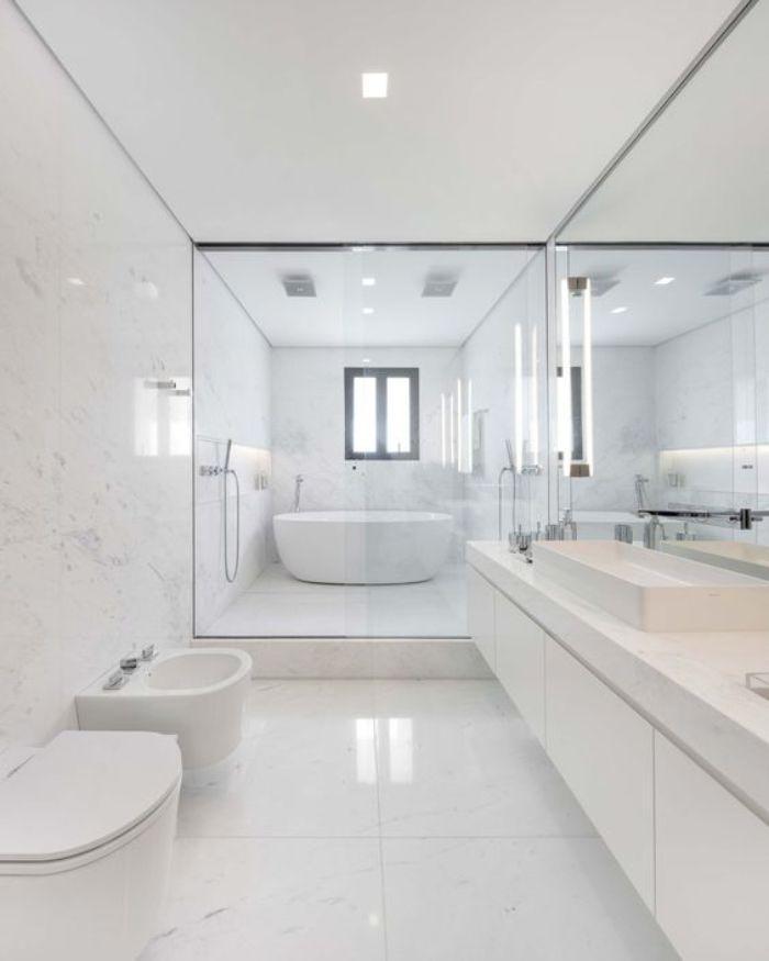 Phòng tắm kính cửa lùa có chứa bồn tắm nằm