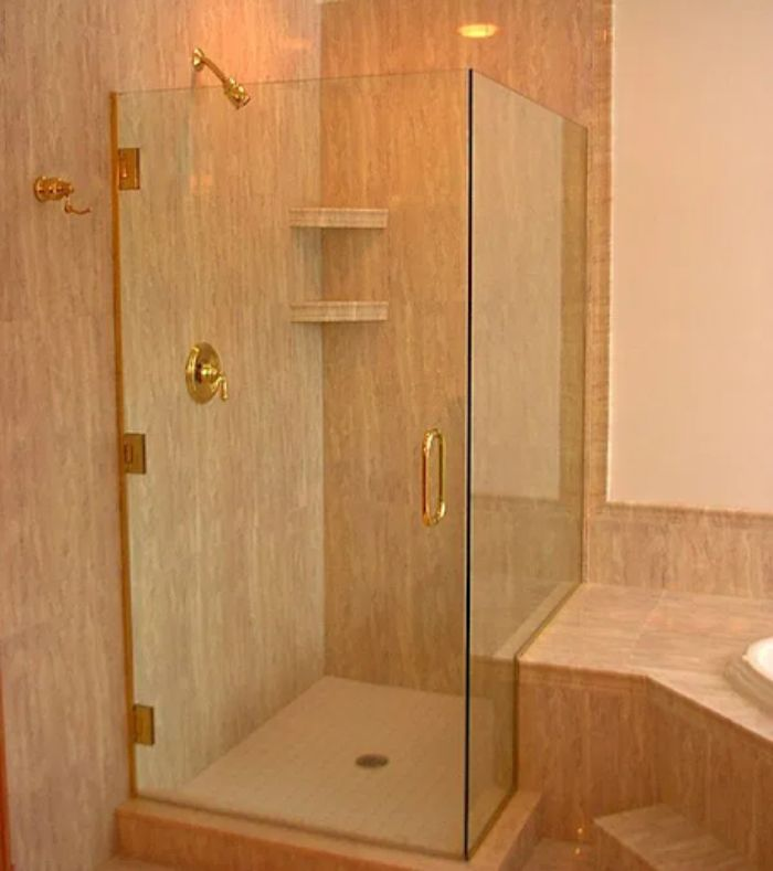 Phòng tắm kính mạ vàng diện tích nhỏ