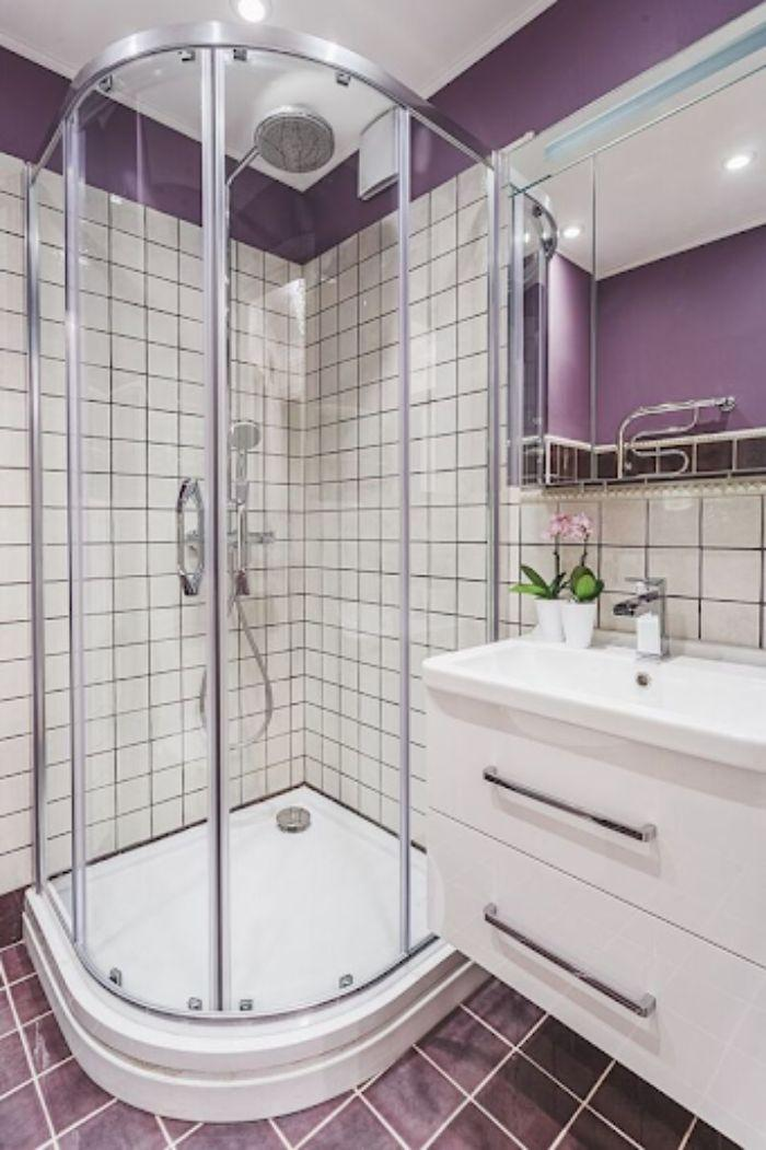 Phòng tắm kính đứng cong với tông màu tím mới lạ