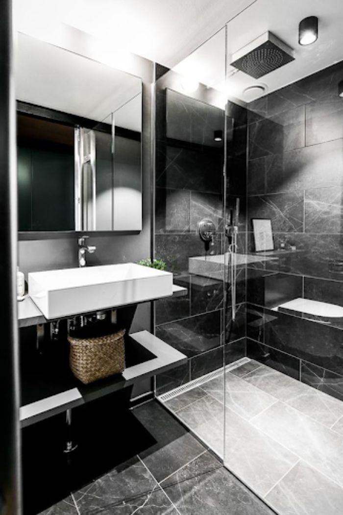 Phòng tắm kính đứng cửa quay sang trọng