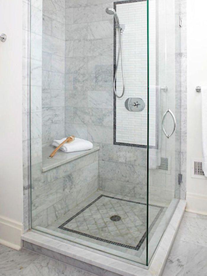 Phòng tắm kính đứng thẳng với họa tiết vân đá