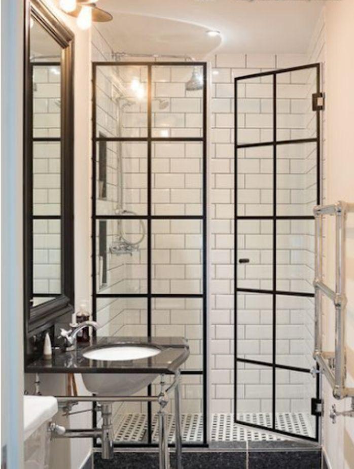 Phòng tắm kính fendi có cửa mở quay
