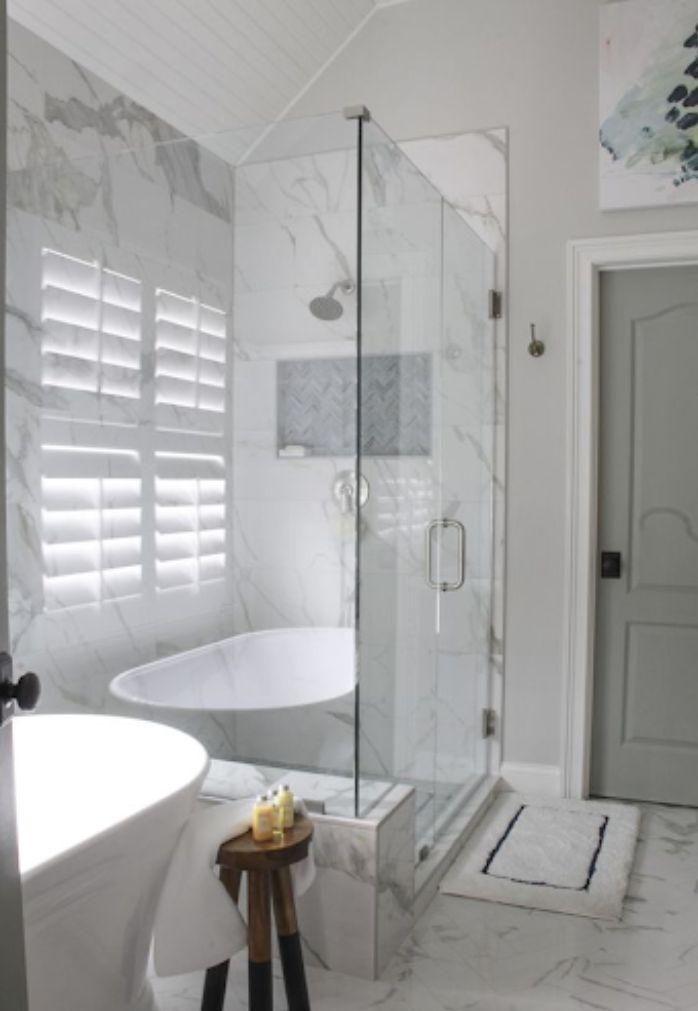 Phòng tắm kính fendi cùng với gạch vân đá