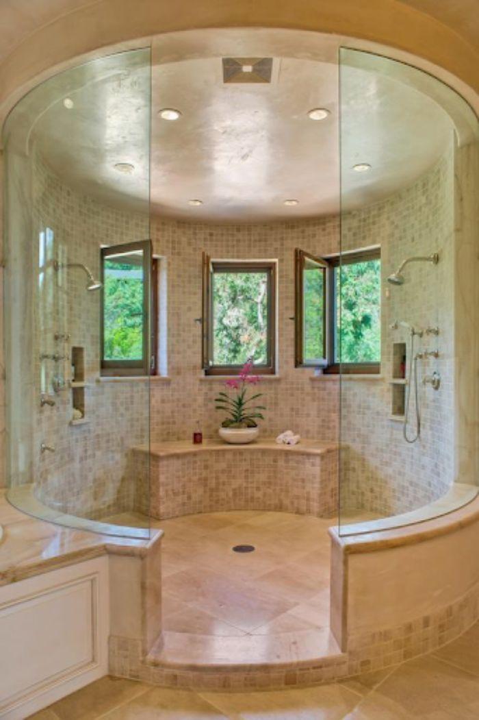 Phòng tắm kính fendi với không gian rộng và sang trọng