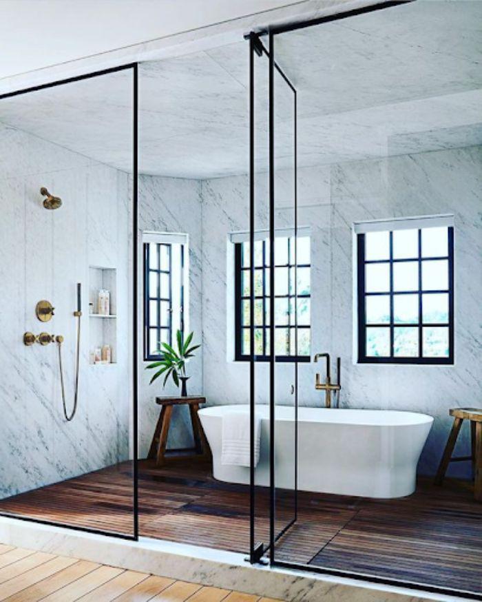 Phòng tắm kính fendi có diện tích lớn với bồn tắm nằm