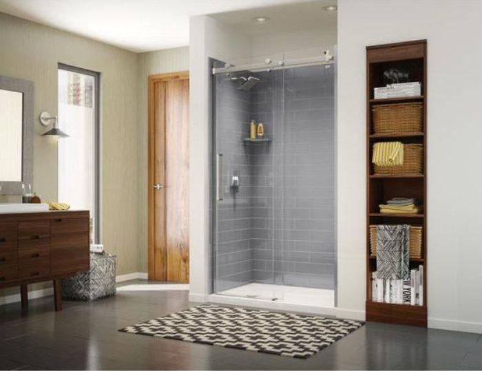 Phòng tắm kính lùa treo với tông màu trắng chủ đạo