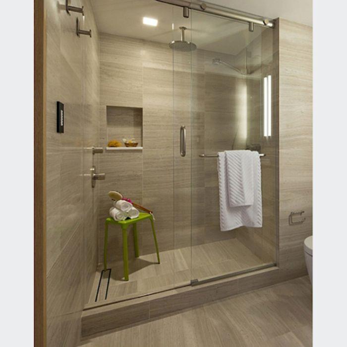 Phòng tắm kính lùa treo với nhà tắm tông màu gỗ