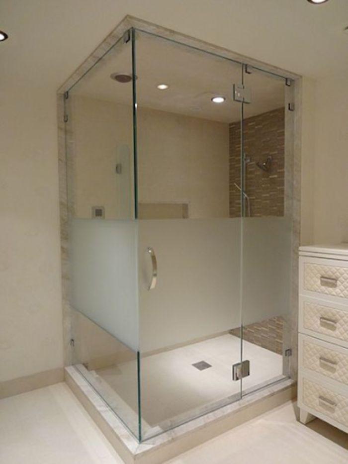 Vách kính mờ một phần của phòng tắm