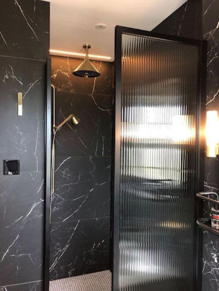 Vách kính mờ phòng tắm có thiết kế độc đáo