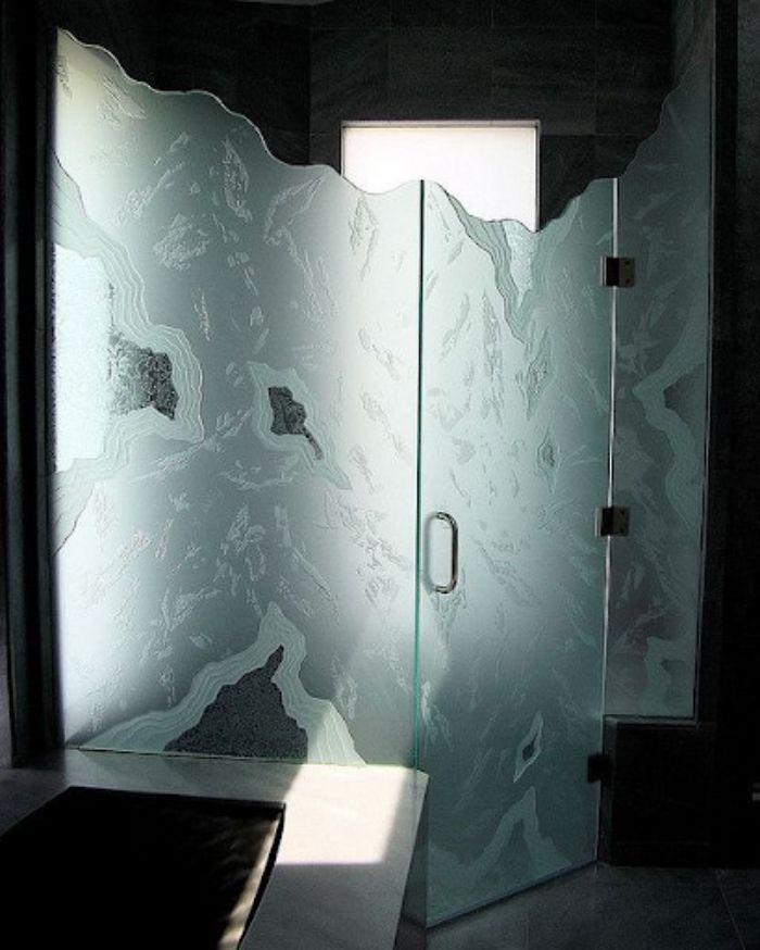Vách kính mờ phòng tắm thiết kế lượn sóng đầy nghệ thuật