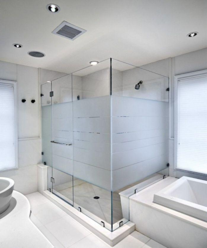 Vách kính mờ phòng tắm làm không gian trở nên gò bó hơn