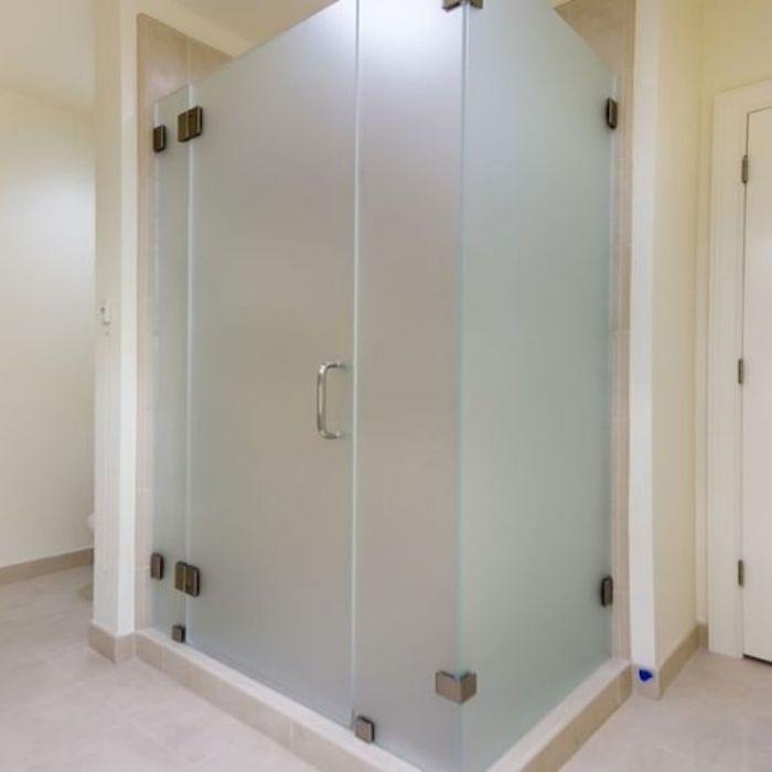 Vách kính mờ phòng tắm có cửa mở quay