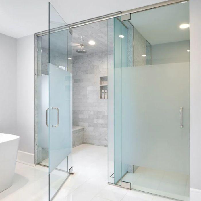 Vách kính mờ phòng tắm có diện tích rộng