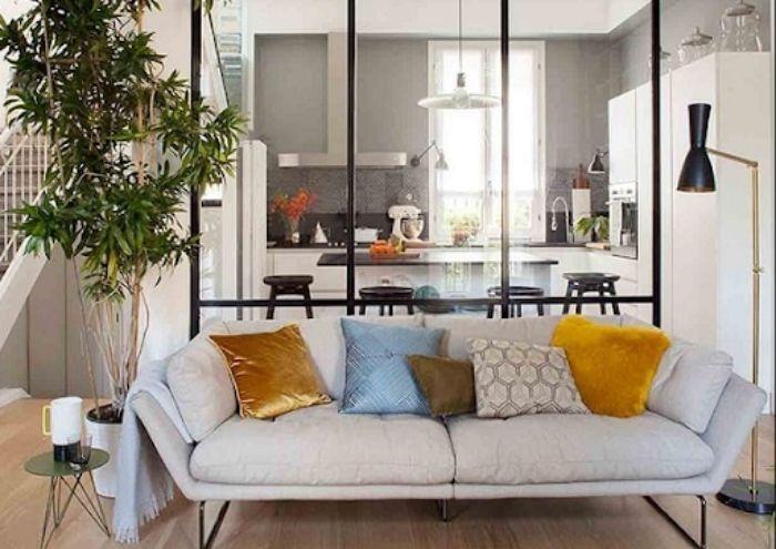 Vách ngăn nhôm kính phòng khách với khu vực nhà bếp