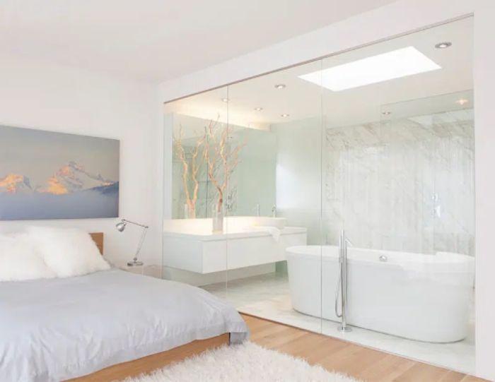 Mẫu phòng tắm kính trong phòng ngủ cửa mở quay có diện tích lớn