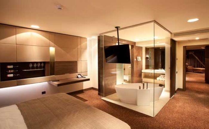 Mẫu phòng tắm kính trong phòng ngủ có bồn tắm nằm