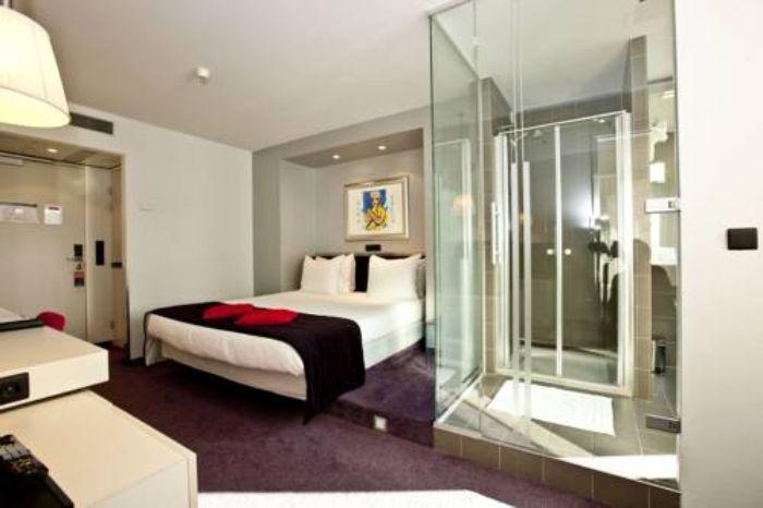 Mẫu phòng tắm kính trong phòng ngủ đứng với thiết kế cao cấp