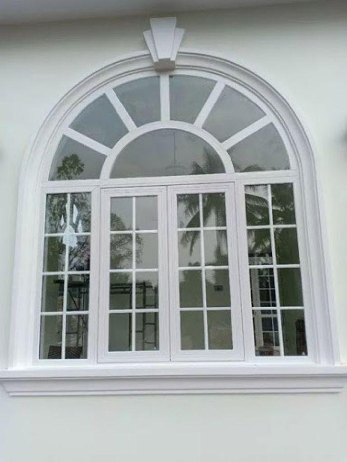 Mẫu cửa sổ vòm màu trắng sữa nhôm Xingfa