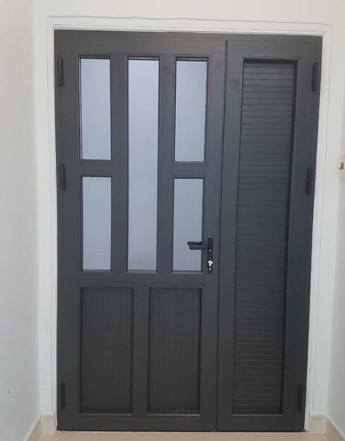 Mẫu cửa phòng ngủ bằng nhôm Xingfa 2 cánh lệch màu đen trầm tính