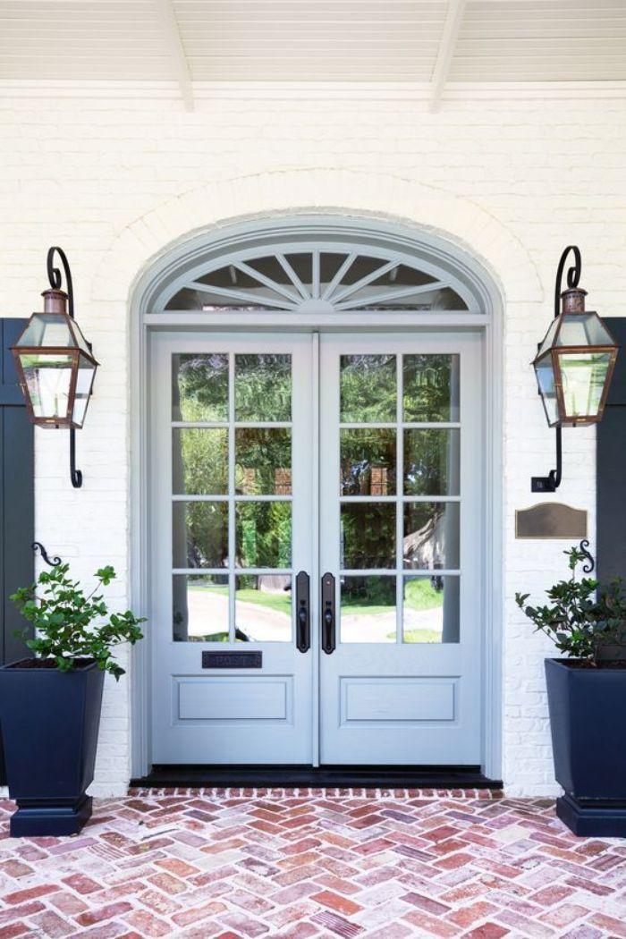 Cửa đi nhôm kính 2 cánh được nhiều gia chủ lựa chọn cho ngôi nhà của mình