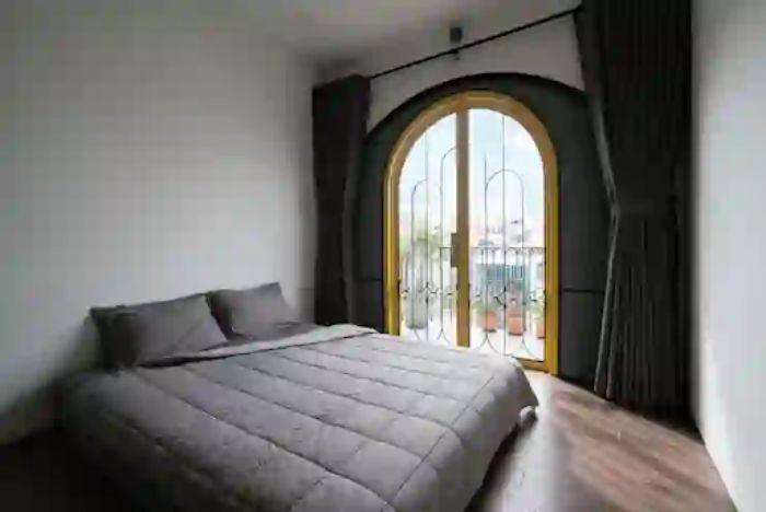 Cửa nhôm Xingfa vàng đồng vòm parabol tạo cảm giác thông thoáng phòng ngủ