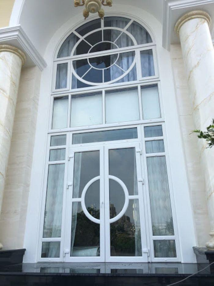Cửa vòm màu trắng càng làm tô thêm nét cổ điển cho ngôi nhà