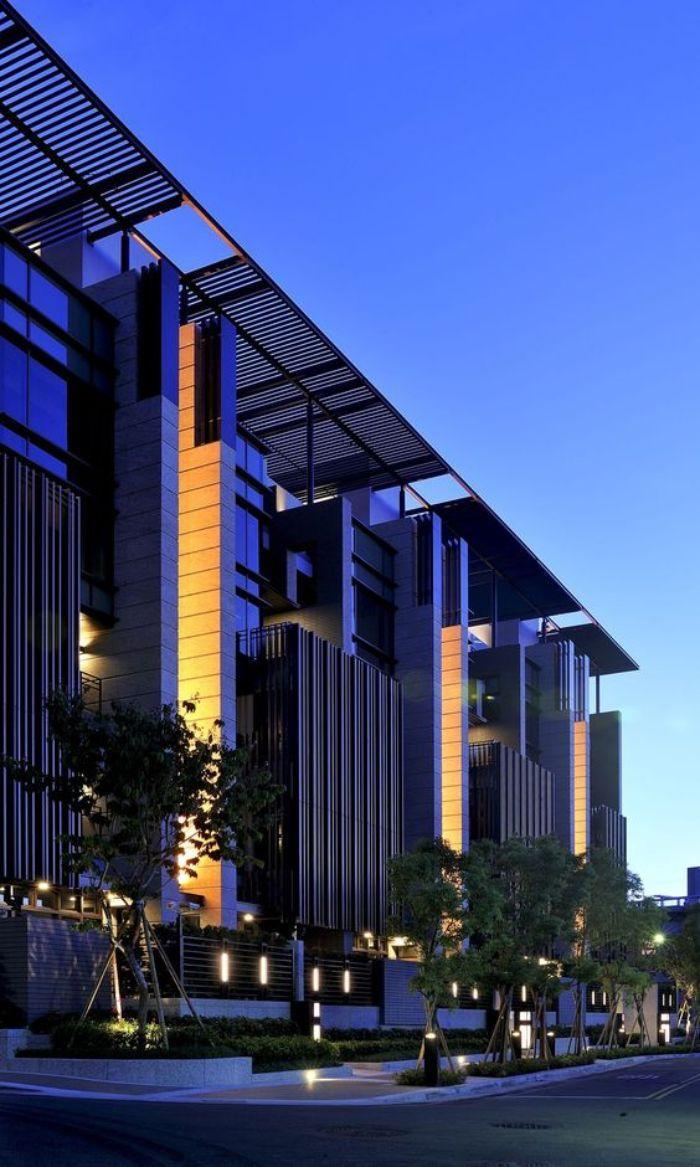 Tòa nhà cao ốc ứng dụng nhôm hệ 65 trong hệ thống chống nóng tầng thượng