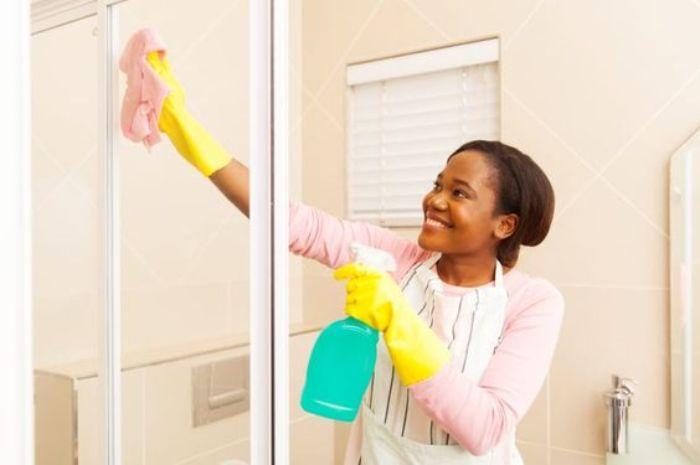 Lau chùi cửa nhôm kính cần phải thực hiện thường xuyên và cẩn thận