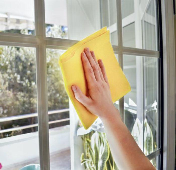 Vật dụng cần thiết để tẩy xi măng không nên quá sắc, quá cứng tránh làm xước cửa