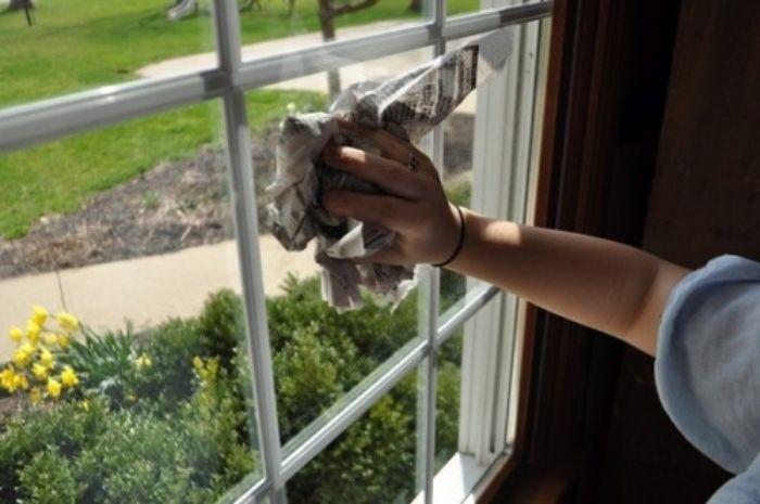 Báo cũ là phế phẩm giúp ích trong việc vệ sinh cửa nhôm kính