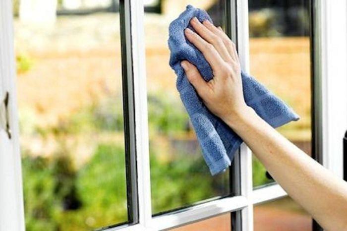 Làm sạch cửa nhôm kính bằng khăn bông mềm