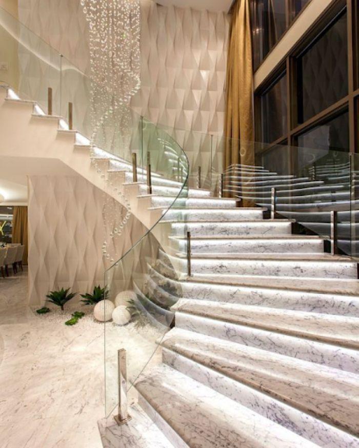 Lan can kính được tận dụng cho thiết kế cầu thang