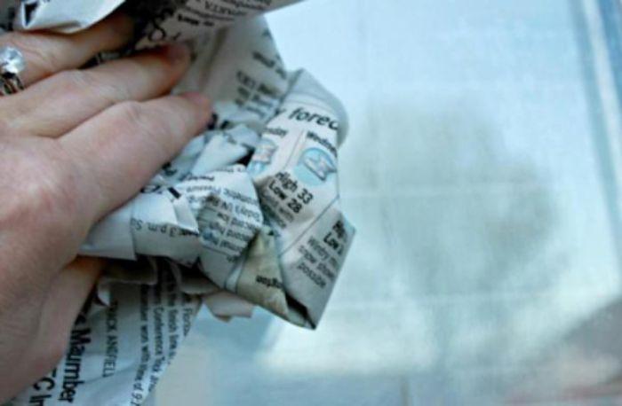 Cách vệ sinh cửa kính cường lực bằng giấy báo