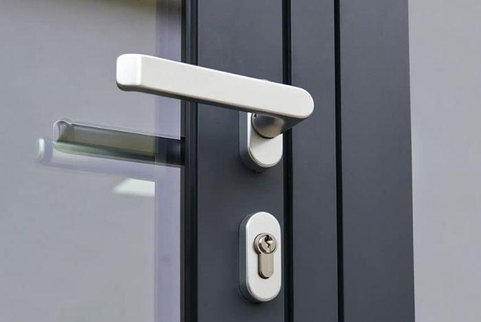 Tăng thêm khóa chốt giúp tăng khả năng chống trộm cho cửa nhôm kính