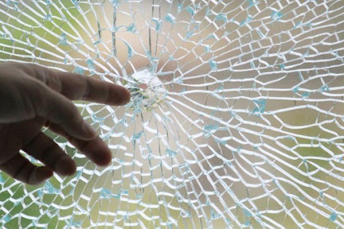 Cửa kính bị nứt vỡ do nhiều nguyên nhân