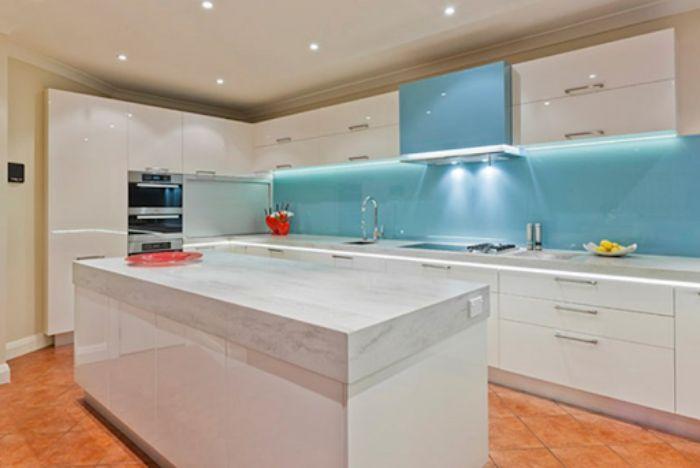 Kính ốp căn bếp màu xanh dương