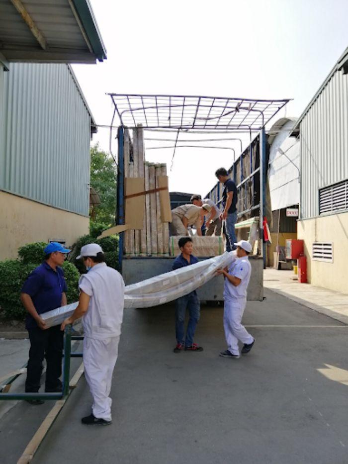 Công đoạn vận chuyển cửa nhôm kính tới công trình
